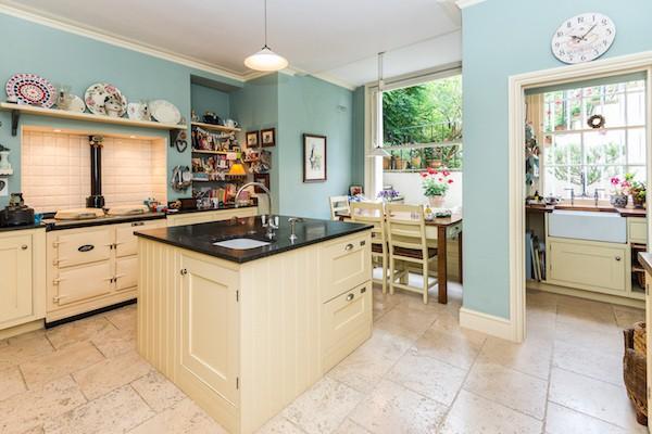 克拉伦斯路20号(20 Clarence Road)的五层联排别墅厨房。20 Clarence Road, Windsor, Berkshire Sl4 5AF,245万英镑。