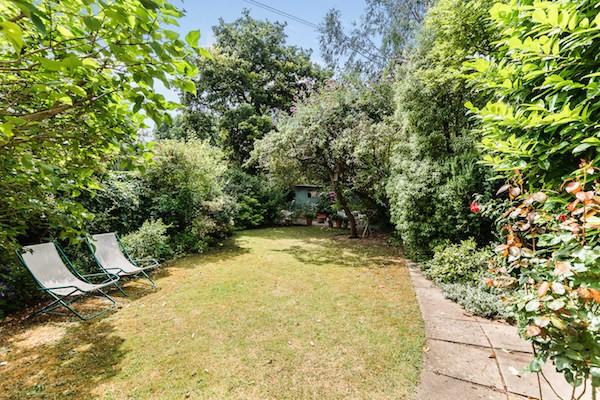 克拉伦斯路20号(20 Clarence Road)的五层联排别墅花园。20 Clarence Road, Windsor, Berkshire Sl4 5AF,245万英镑。