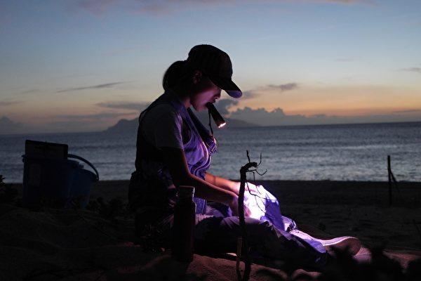《有任務的旅行》劇照,日本旅行家翁雅琪在傍晚咬著手電筒照明。(華聯提供)