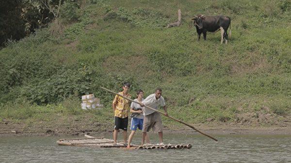 《有任務的旅行》劇照,斐濟交通不便,船夫乘著竹筏載吳欣耘過河。(華聯提供)