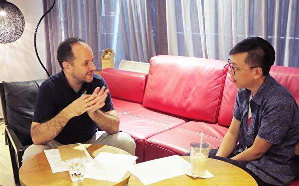 法國文學記者博磊先生(左)與侯季然導演侃侃而談。(夢田文創提供)