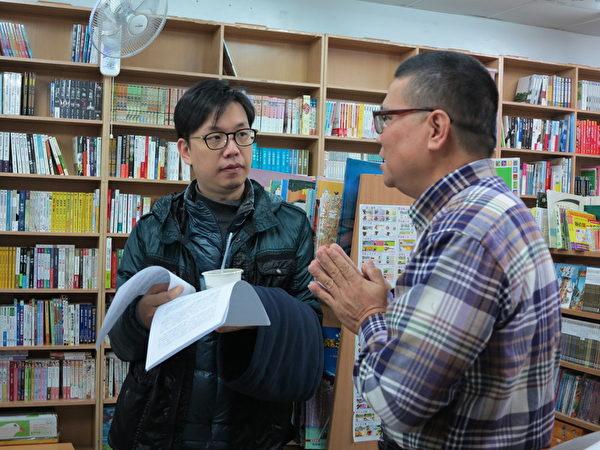 侯季然導演(左一)走訪阿福的書店。(夢田文創提供)