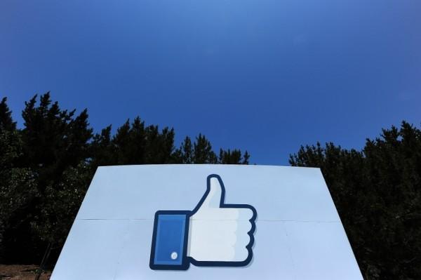 图为脸书著名的图标。(ROBYN BECK/AFP)