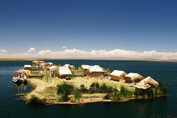 秘鲁的的喀喀湖湖上有数十座芦苇草铺成的人工浮岛。(Fotolia)