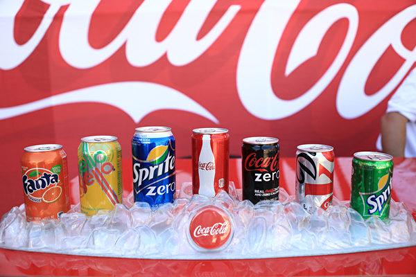 可口可乐每年卖掉6,570亿瓶饮料。(Mike Windle/Getty Images for Variety)