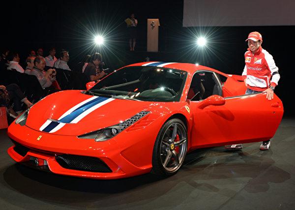 新款法拉利458 Italia跑車在日本東京亮相。這款在9月的法蘭克福車展推出的超級跑車,在日本的售價高達3290萬日幣(約33萬9200美元)。(TOSHIFUMI KITAMURA/AFP)