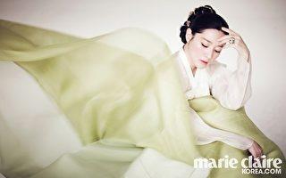 李英愛2014年1月身著韓服,登上時尚雜誌封面人物。(marieclaire提供)