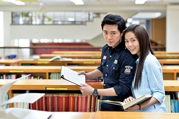 在《我的自由年代》中,任容萱与李国毅饰演热恋中的情侣,常常晒甜蜜。(三立提供)
