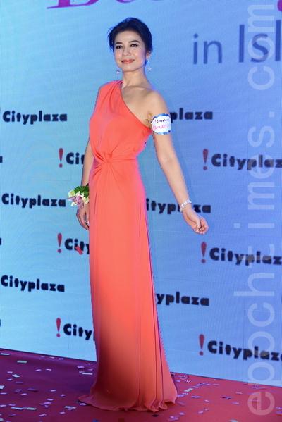 2014年3月,鍾楚紅以一襲淺紅的禮服出席活動。(宋祥龍/大紀元)