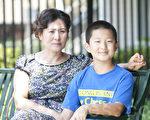 高智晟妻子耿和与儿子在一起。(马有志/大纪元)