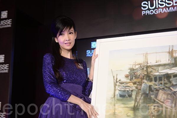 2014年10月,周慧敏展示自己的畫作。(宋祥龍/大紀元)