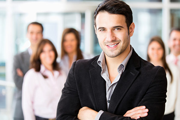 上班族男士衣着整齐得体是一种专业、礼貌的表现,也是一种对工作本身的尊重。(Fotolia)