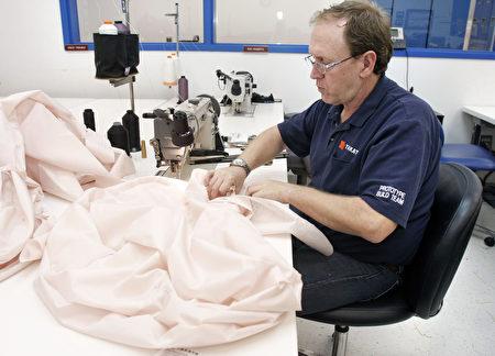 日本汽車零件製造商——高田公司生產的安全氣囊引發美國最大規模的汽車召回事件。圖為高田公司的僱員正在縫製做測試用的安全氣囊。(Bill Pugliano/Getty Images)