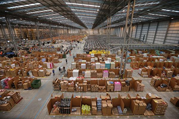 亚马逊共有89个巨大的畅货中心,总面积超过700个麦迪逊广场花园(Madison Square Garden)这么大。(Oli Scarff/Getty Images)