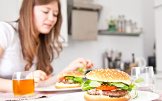 如果你是第一代美國人,可能發現家裡做的漢堡跟外面口味不一樣。(fotolia)