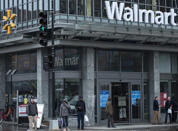 沃尔玛在全世界28个国家拥有1.15万家卖场,它是美国单一最大的雇主,光在美国就有140万名员工。        (BRENDAN SMIALOWSKI/AFP/Getty Images)