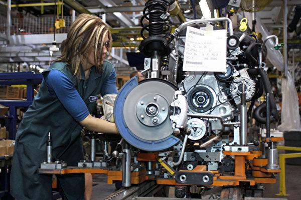 金属或塑胶机器工人(Metal or Plastic Machine Worker)预计至2022年下滑比例为6%。(Bill Pugliano/Getty Images)