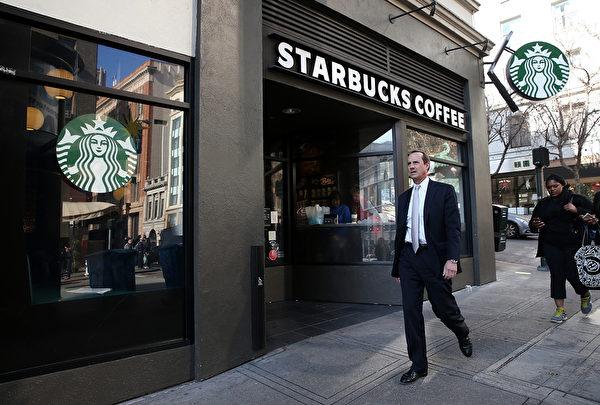 光顾星巴克顾客的收入往往高于其它流行快餐店的客户。(Justin Sullivan/Getty Images)