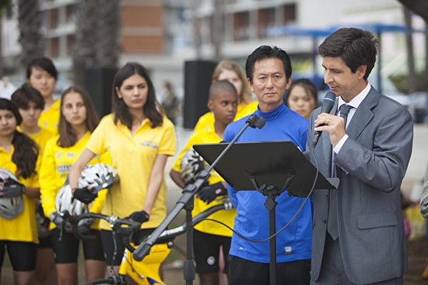 5月31日,部分「騎向自由」(Ride to Freedom) 少年單車隊騎手匯聚在洛杉磯旅遊勝地聖莫尼卡碼頭,表達他們希望通過騎單車呼籲全世界關注中共對法輪功的迫害的心聲。主持人Albert Roman(右)宣讀美國眾議院國會議員Lowenthal的支持聲明 。(季媛/大紀元)