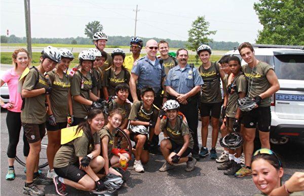 騎向自由(ride2freedom)團隊的各國青少年在一起。(丁丁提供)