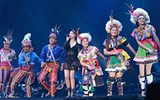 "A-Lin(中)之前在台北小巨蛋举行的""Sonar声呐世界巡回演唱会""上,与爸妈、姊姊黄莉、弟弟等家人合唱原住民古调,7人完美的合声震慑全场。(台湾索尼音乐提供)"