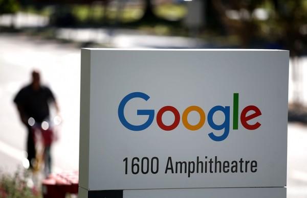 2015年9月2日,加州山景城,新的谷歌标志显示在谷歌总部外。自1999年以来,这回谷歌将标志做了最戏剧性的变化。(Justin Sullivan/Getty Images)