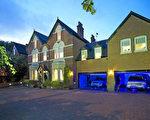 這座維多利亞時期的獨立式房屋坐落在伯明翰的黃金地段Edgbaston的中心。提供了八個舒適而寬大的臥室,四個客廳,很適合大型的家庭。還有兩個雙排車位和電動門。距離 King Edward VI School只有兩英里。7 Woodborne Road, 185萬英鎊。