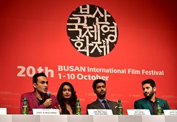 开幕片为印度导演莫兹‧辛格(左)执导的《Zubaan》,图为导演与演员们。(JUNG YEON-JE/AFP/Getty Images)