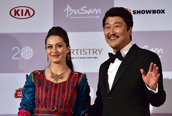 韩国演员宋康昊(右)和阿富汗演员Marina Golbahari担任第20届釜山国际电影节主持。(JUNG YEON-JE/AFP/Getty Images)