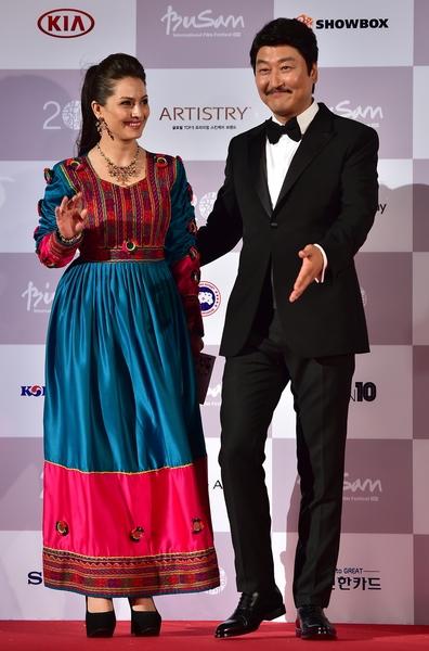 韩国演员宋康昊(右)和阿富汗演员Marina Golbahari担任主持。(JUNG YEON-JE/AFP/Getty Images)