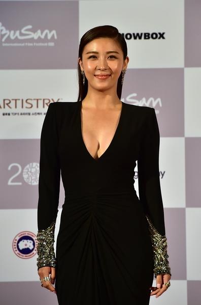 女星河智苑身穿深V黑色礼服。(JUNG YEON-JE/AFP/Getty Images)