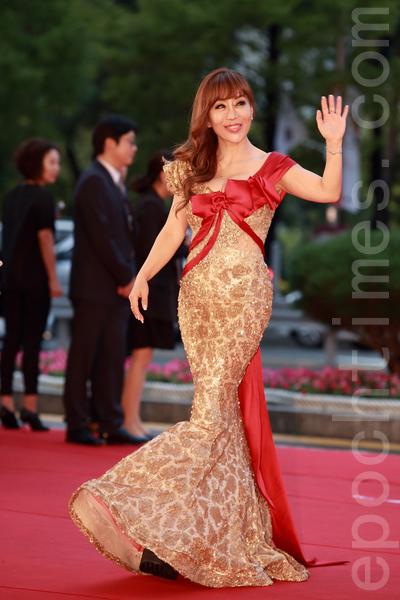 歌手赵秀美走红毯。(全宇/大纪元)