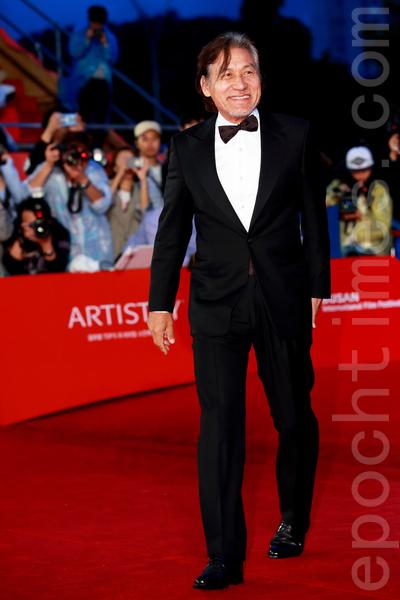 安圣基在2015第20届釜山国际电影节走红地毯。(全宇/大纪元)