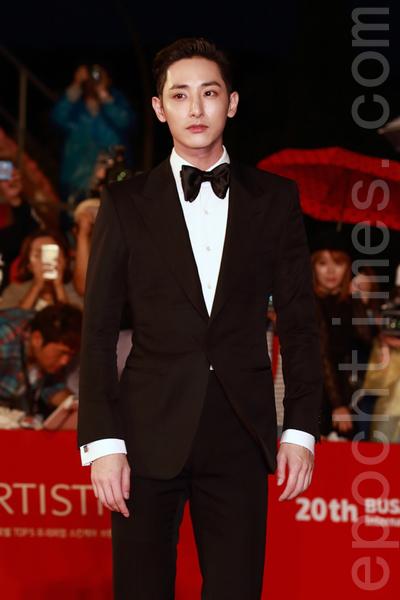 李秀赫在2015第20届釜山国际电影节走红地毯。(全宇/大纪元)