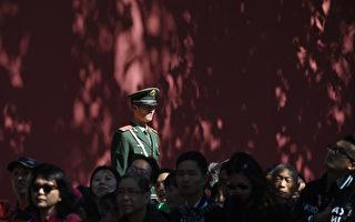 """10月1日国殇日,中共国务院举办""""十一招待会"""",而在阅兵时露面的胡锦涛、温家宝、朱镕基、江泽民等退休常委并未出席。图为北京天安门广场。(GREG BAKER/PHOTO/AFP)"""