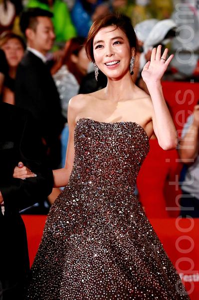10月1日晚上,韩星金奎利在2015第20届釜山国际电影节走红地毯。(全宇/大纪元)