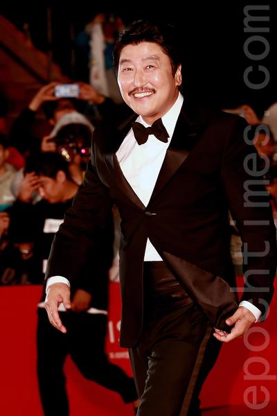 10月1日晚上,韩星宋康昊在2015第二十届釜山国际电影节走红地毯。(全宇/大纪元)