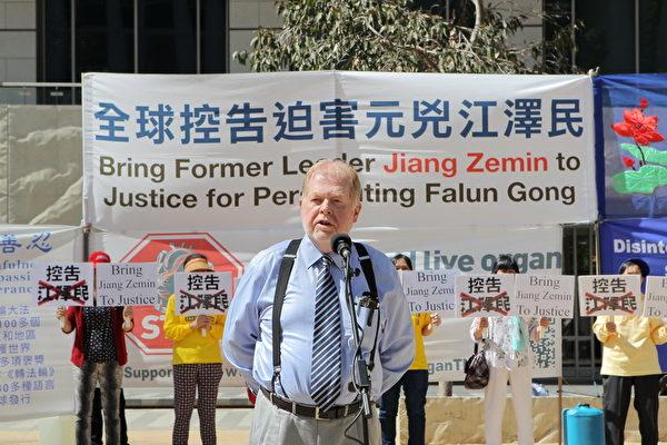 2015年10月3日,墨尔本市中心城市广场举办诉江集会。纽省自由党资深成员、人权活动家安德鲁‧布什(Andrew Bush)先生在集会上发言。(陈明/大纪元)