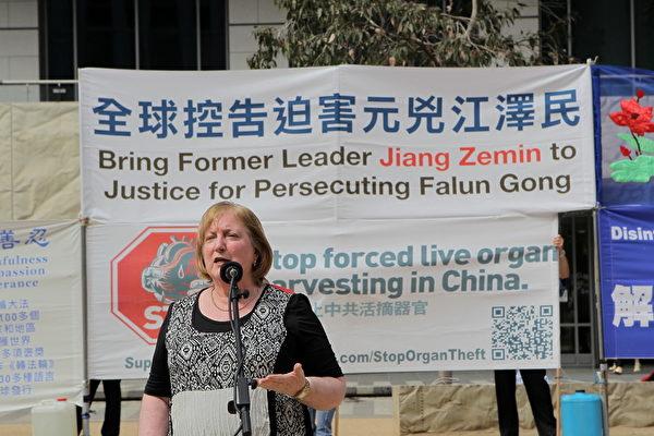 2015年10月3日,墨尔本市中心城市广场举办诉江集会。法轮功受迫害真相调查团(CIPFG)澳洲代表史密斯(Leigh Smith)女士在集会上发言。 (陈明/大纪元)