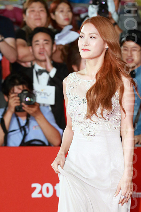 韩星朴奎利在2015第20届釜山国际电影节走红地毯。(全宇/大纪元)