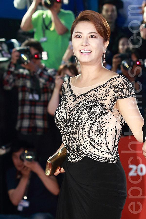 2015第20届釜山国际电影节红地毯。图为金惠善。(全宇/大纪元)