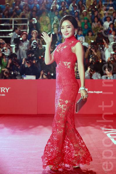 2015第20届釜山国际电影节红地毯。图为闵松娥。(全宇/大纪元)。