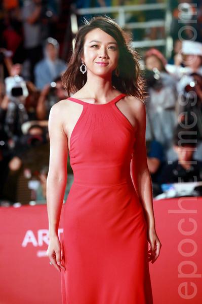 汤唯亮相2015第20届釜山国际电影节红地毯。(全宇/大纪元)。