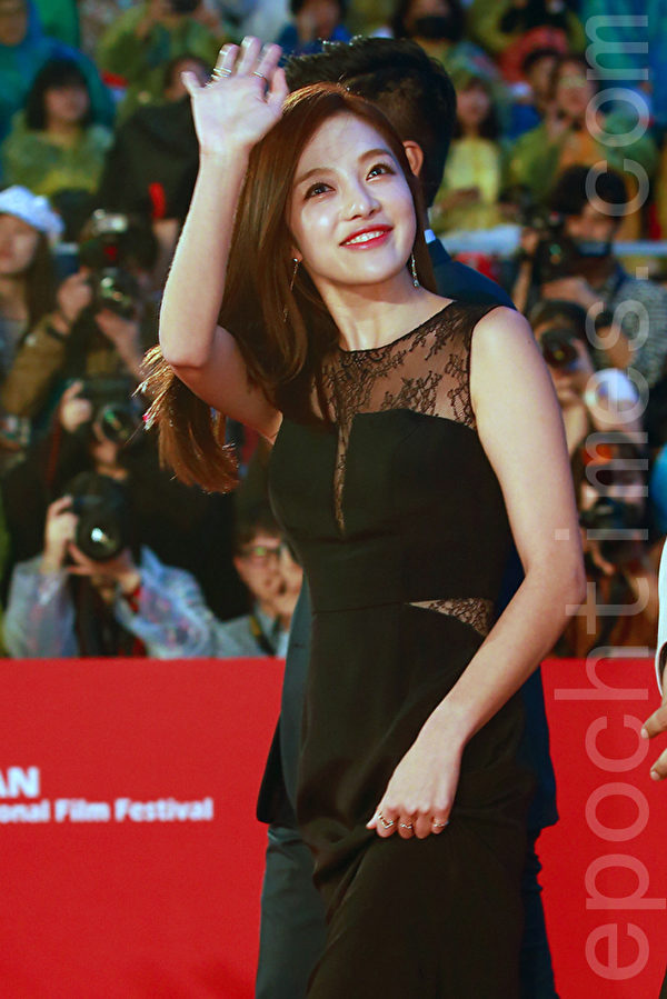 2015第20届釜山国际电影节红地毯。图为黄宝罗。(全宇/大纪元)