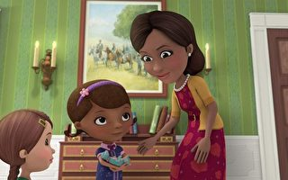 《玩具小醫生到華盛頓》(Doc McStuffins Goes to Washington)特輯中,第一夫人正在給玩具小醫生頒獎。(Disney Junior via Getty Images)