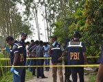 一名在孟加拉的日本人星邦雄(Kunio Hoshi),於2015年10月3日遭2名騎摩托車的蒙面槍手殺害,伊斯蘭國極端組織已坦承犯案。本圖為星邦雄的遇害地點,警方拉起封鎖線正在進行蒐證調查。(STRINGER/AFP/Getty Images)
