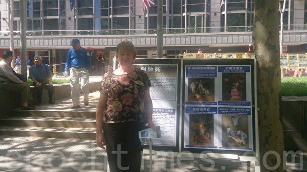 2015年10月3日,墨尔本市中心城市广场举办诉江集会。维省民众Susan在诉江集会接受了大纪元记者现场采访。(陈明/大纪元)