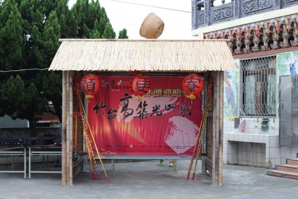 """水汴头社区传统的""""掷米箩""""仪式,用来占卜今年的农作物收成好坏。(廖素贞/大纪元)"""