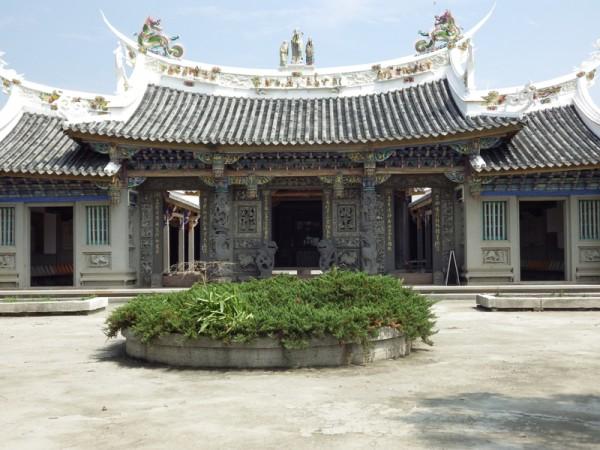 修建后的崇远堂,外观典雅是台湾三大家庙中最耀眼的祠堂。屋脊上有精美雕龙及象征福录寿的人物塑像。(廖素贞/大纪元)