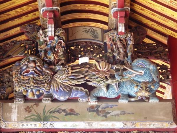 崇远堂屋梁上精美的雕塑。(廖素贞/大纪元)